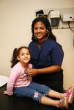 Krankenschwester überprüft jungen Patienten Lizenzfreie Stockbilder