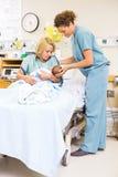 Krankenschwester Assisting Woman In, das neugeborenes Baby an hält Lizenzfreie Stockfotos
