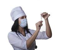 Krankenschwester bereitet eine Spritze für Einspritzung vor Stockbild