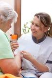 Krankenschwester übergab Patienten ein Zeichen Lizenzfreies Stockbild