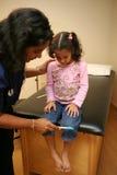 Krankenschwester überprüft jungen Patienten Lizenzfreies Stockbild