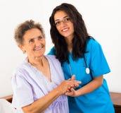 Krankenschwester Caring für ältere Patienten Stockfotos