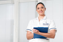 Krankenschwester der jungen Frau am Krankenhaus Lizenzfreies Stockbild