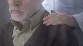 Krankenschwester, die alten kranken Mann stützt, der in der Anlage des betreuten Wohnens lebt, Einsamkeit stock video footage