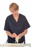 Krankenschwester, die auf Handschuhe sich setzt Lizenzfreie Stockfotografie