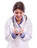 Krankenschwester, die auf Pillen lächelt Lizenzfreie Stockfotos