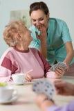 Krankenschwester, die bei den Karten hilft Stockfotos