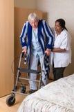 Krankenschwester, die beim rollator hilft Stockfotografie