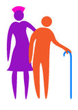 Krankenschwester, die dem Älteren hilft zu gehen stockbild