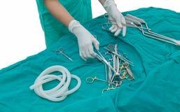 Krankenschwester, die den Operationsvorrat vorbereitet Lizenzfreie Stockfotografie