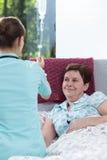 Krankenschwester, die den Tropfenfänger überprüft Lizenzfreies Stockbild