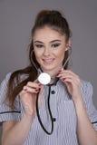 Krankenschwester, die ein Stethoskop verwendet Stockbilder