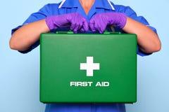 Krankenschwester, die eine Erste-Hilfe-Ausrüstung anhält Stockfotografie