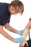 Krankenschwester, die eine Hand und einen Arm verbindet Lizenzfreie Stockfotografie