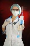 Krankenschwester, die eine Spritze anhält. Lizenzfreies Stockbild