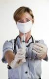 Krankenschwester, die eine Spritze anhält Lizenzfreies Stockfoto