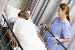 Krankenschwester, die für Patienten sich interessiert stockfoto