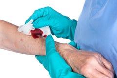 Krankenschwester, die für Wunde sich interessiert Stockbild