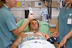 Krankenschwester, die geduldige Temperatur zeigt Stockbild