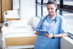 Krankenschwester, die ihren Tabletten-PC verwendet Lizenzfreies Stockfoto