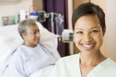 Krankenschwester, die im Patienten-Raum steht Stockfotografie