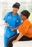 Krankenschwester, die medizinischen Test erklärt Stockbild