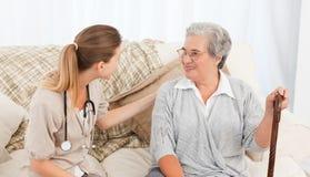 Krankenschwester, die mit ihrem Patienten spricht Lizenzfreie Stockbilder