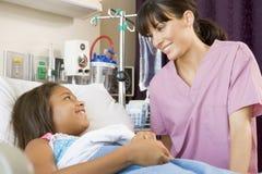 Krankenschwester, die mit jungem Patienten spricht Lizenzfreies Stockbild