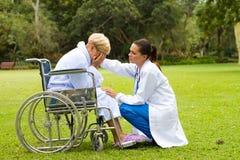 Krankenschwester, die Patienten tröstet Lizenzfreies Stockbild