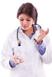 Krankenschwester, die Pillen hält Stockbilder
