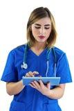 Krankenschwester, die Tablette verwendet Stockbild