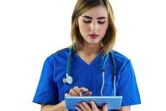 Krankenschwester, die Tablette verwendet Lizenzfreie Stockbilder