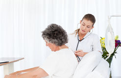 Krankenschwester, die um ihrem Patienten sich kümmert Lizenzfreie Stockfotografie