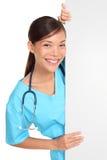 Krankenschwester, die Zeichenvorstand zeigt Stockfotos