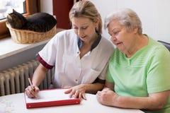 Krankenschwester, die zu Hause einen Patienten besucht Lizenzfreies Stockfoto