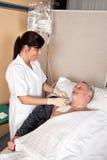 Krankenschwester gibt einen Patienten Lizenzfreies Stockbild