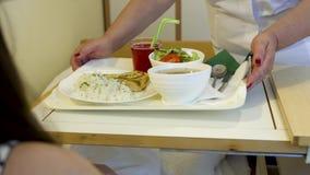 Krankenschwester holen Behälter mit Abendessen vor Patienten des jungen Mädchens in einem Krankenhauszimmer stock video