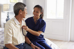 Krankenschwester Making Home Visit zum älteren Mann für medizinische Prüfung Stockbild