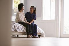 Krankenschwester Making Home Visit zur älteren Frau lizenzfreie stockfotografie