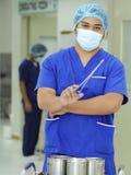 Krankenschwester With Medical Forcep Lizenzfreie Stockfotografie