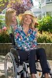 Krankenschwester mit älterer Frau draußen im Garten Stockfotografie