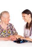 Krankenschwester mit altem Patienten Stockbilder