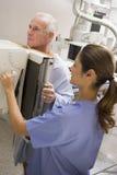 Krankenschwester mit dem Patienten, der einen Röntgenstrahl hat Lizenzfreie Stockfotografie