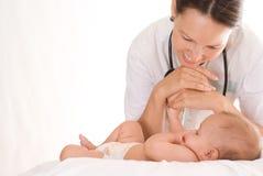 Krankenschwester mit einem neugeborenen Lizenzfreies Stockfoto