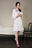Krankenschwester mit einer wegwerfbaren Spritze Stockfoto