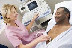 Krankenschwester mit geduldigem, Ultraschall-Scan habend Lizenzfreie Stockfotos