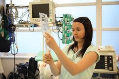 Krankenschwester mit Infusion Stockbild