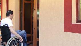 Krankenschwester mit jungem Mann im Rollstuhl stock footage