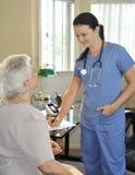 Krankenschwester mit älterem Patienten Lizenzfreie Stockfotografie
