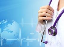 Krankenschwester mit medizinischem blauem Hintergrund Stockfotos